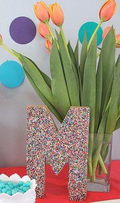 Un decorado para la mesa cubierto en sprinkles! / A table decoration covered in sprinkles!