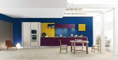 La linea di cucine Primavera di Febal è dedicata a una clientela giovane. La versione Color in laminato ha basi, pensili e colonne laccate melanzana, grigio seta, blu e giallo, e top in quarzo Silestone Unsui. Un modulo base misura L 60 x P 56,2 x H 72,4 cm