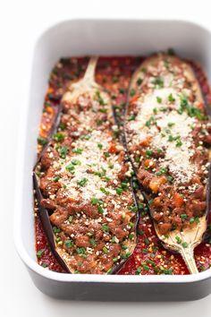 Estas berenjenas rellenas con salsa boloñesa vegana son muy sabrosas, saciantes, altas en fibra y en proteína y bajas en grasa, lo que las convierte en el plato principal perfecto.
