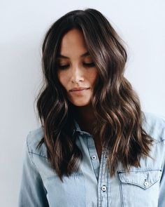 60 schokoladenbraune Haarfarbe Ideen für Brunettes - Beste Frisuren Haarschnitte, 60 schokoladenbraune Haarfarbe Ideen für Brunettes Para while cacheadas elizabeth crespas, dormir sem desmanchar os cachos parece até um sonho! White Blonde Hair, Dyed Blonde Hair, Hair Dye, Brunette Mid Length Hair, Ombre Hair, Brunette Color, Medium Brunette Hair, Red Blonde, Long Brunette