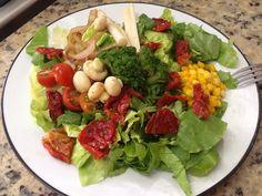 Comece sempre a refeição com um caprichado prato de saladas.