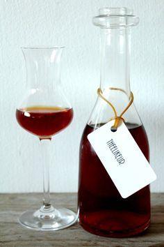 Theelikeur maken Make tea liqueur Wine Cocktails, Bar Drinks, Cocktail Drinks, Alcoholic Drinks, How To Make Drinks, How To Make Tea, Smoothie Drinks, Fruit Smoothies, Happy Drink