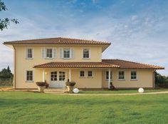 Die Bauweise für mediterrane Häuser wird hierzulande an die vorherrschenden Witterungsverhältnisse angepasst. Diese zweistöckige Villa ist als KfW-Effizienzhaus 70 erhältlich. Hier finden Sie weitere Häuser von Viebrockhaus.