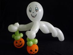 COMO HACER UN FANTASMA AMIGABLE .- HOW TO MAKE FRIENDLY GHOST . Different Halloween Costumes, Halloween Crafts For Kids, Halloween Party Costumes, Halloween Birthday, Diy Halloween Decorations, Halloween Diy, Ghost Costumes, Halloween Halloween, Vintage Halloween
