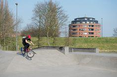 Crossfietsen in 't Hof / Oranjepark in Vlaardingen Centrum.