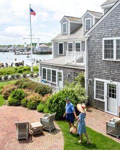 🌟Tante S!fr@ loves this📌🌟Nantucket Guide // via Stacie Flinner Nantucket Style Homes, Nantucket Cottage, Nantucket Island, Coastal Style, Nantucket Wedding, Coastal Living, Nantucket Beach, Cozy Cottage, Coastal Cottage