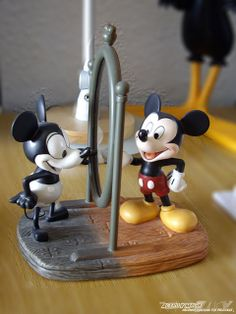 Figura realizada en porcelana de Mickey Mouse. Es una comparación del Mickey de los años 60 y el de la actualidad. Incluye certificado de autenticidad. 19 cm de altura. Licensed Product by © DISNEY, stamped with the Official Trademark © DISNEY. www.a These days, Mickey Mouse is well known around the world.