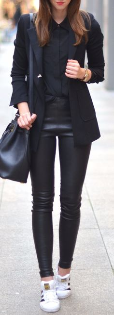 Edgy look | Leather pants, strict collar blouse, blazer and sneakers + bag