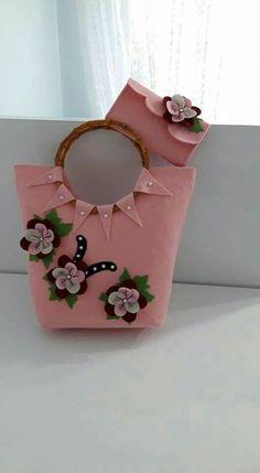 This Pin was discovered by Ümm Diy Handbag, Diy Purse, Handmade Handbags, Handmade Bags, Broderie Bargello, Sacs Design, Diy Bags Purses, Rosa Rose, Felt Purse