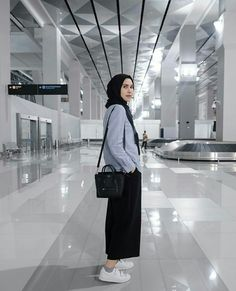 Chic Hijab Airport Outfit Ideas You Can Copy Modern Hijab Fashion, Street Hijab Fashion, Hijab Fashion Inspiration, Muslim Fashion, Fashion Outfits, Womens Fashion, 2000s Fashion, Korean Fashion, Fashion Ideas