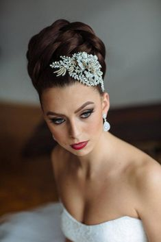 Bridal headpieces, bridal veils, couture bridal accessories, bridal jewelry, designer wedding accessories - gold and crystal headpiece.gorgeous with a timeless bridal up-do! Bridal Hair Updo, Bridal Veils And Headpieces, Bridal Hair And Makeup, Headpiece Wedding, Black Brides Hairstyles, Bride Hairstyles, Headband Hairstyles, Boho Headpiece, Fascinator