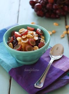 PB + J Yogurt. 240 calories a bowl. ☆Made: The topping was good, but I didn't get a good brand of yogurt. Healthy Desayunos, Healthy Snacks, Healthy Eating, Healthy Recipes, Healthy Breakfasts, Clean Eating, Lunch Recipes, Ww Recipes, Chicken Recipes