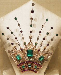 Brooch of gold, diamonds, emeralds, and rubies. From the National Museum at New Delhi. I don't know it's real age, but I think it would have taken the fancy of women with a certain taste in the half of the Royal Jewelry, Emerald Jewelry, Indian Jewelry, Art Deco Jewelry, Fine Jewelry, Nizam Jewellery, Antique Jewelry, Vintage Jewelry, Tiaras And Crowns