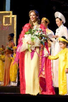 """Miss Venezuela Dayana Mendoza, ganadora del título """"La más encantadora con el ao dai"""" en ese concurso de belleza organizado en Vietnam.."""