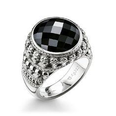 THOMAS SABO-ring från kollektionen Sterling Silver. ring – svärtat 925 sterlingsilver – onyx Bredd: 1,7 cm Iögonfallande trendsmycke för kvinnor: en magisk och graciös onyxsten med en inramning av svärtat 925 sterlingsilver ger din look en viss gåtfull attityd.
