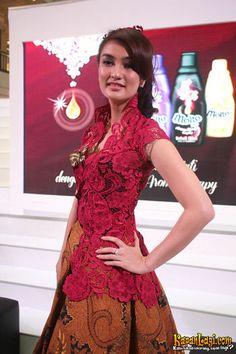 Atiqah Hasiholan jatuh cinta pada kebaya dan batik Indonesia.