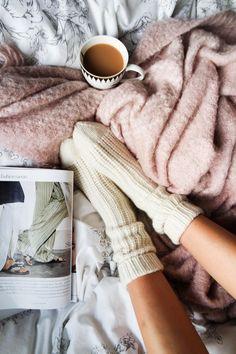 Meia, café, coberta, revista = aconchego!