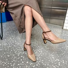 Discover recipes, home ideas, style inspiration and other ideas to try. Kitten Heel Shoes, Shoes Heels Pumps, Shoe Selfie, Chunky Heel Pumps, Small Leather Bag, Pretty Shoes, Wedding Shoes, Fashion Shoes, Shoe Boots