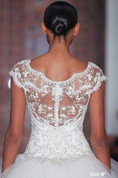 Novias que lucen espalda de Reem Acra http://conbdeboda.blogspot.com.es/  #weddingdress #bodas #vestidosdenovia