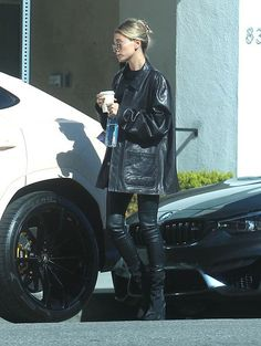 Hailey Baldwin Street Style in a Black Basic Tee Out And About in Los Angeles, Autumn Winter Hailey Baldwin, Daily Fashion, Fashion News, Women's Fashion, Justin Bieber, Black Leather Jacket Outfit, Black Round Sunglasses, All Black Looks, Autumn Street Style