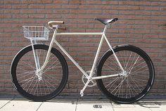 cream bikes sound yummy Wrong side up but nice looking bike 👍🔥na Retro Bicycle, Old Bicycle, Old Bikes, Girls Mac, Fixed Bike, Fixed Gear, Urban Bike, Best Tyres, Cargo Bike
