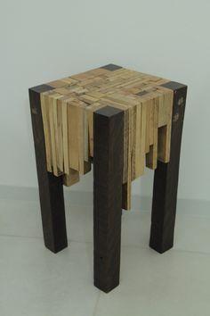 Mesa de canto  Feito com sobras do palette e madeira de demolição.  Um verdadeiro quebra cabeça.