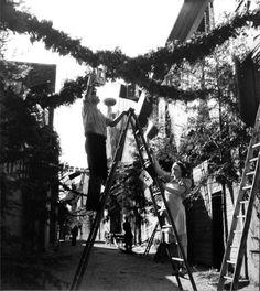 Robert Doisneau - L'Alsace //  Préparation du 14 juillet à Mittlebergheim 1945