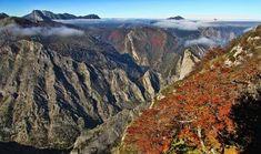 En el límite del Parque Nacional de Picos de Europa, el Río Sella discurre angostamente entre las montañas del Macizo Cantábrico creando una garganta, más conocida como Desfiladero de Beyos. Paraiso Natural, Laos, Travel, Nature, Places To Travel, National Parks, Clouds, Voyage, Viajes
