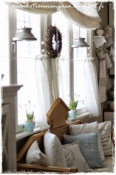 Oma koti onnenpesä Swedish Cottage, Shabby Cottage, Cleaning White Walls, Bright Rooms, Cottage Kitchens, Kitchen Nook, Scandinavian Living, Shabby Chic Decor, Soft Colors
