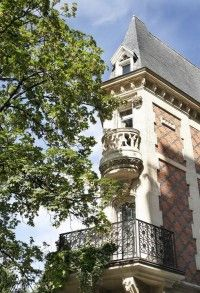 Un nid d'aigle face à la Tour Eiffel, un Hôtel Particulier, et en tous cas un endroit unique pour de charmantes escapades, où le visiteur est reçu avec goût. Le 6 Mandel. Il s'agit d'un ravissant hôtel particulier néo-gothique, entouré d'un jardin. Jean-Christophe Stœerkel y propose un lieu dédié à l'Art, l'Art du paysage et l'Art du recevoir. Avec une chambre d'hôtes assez rare.