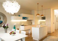 """""""Byt by měl být elegantní, útulný, veselý a hlavně by neměl stát moc peněz."""" To byly jednoznačné požadavky majitelky na zařízení bytu, který se nachází vjednom znových bytových komplexů u Vltavy. Byt srozlohou 85m2 se nachází vnovém bytovém domě na břehu Vltavy a je koncipován jako 3+kk, přičemž do něj můžeme vstoupit standardně ze schodiště, …"""