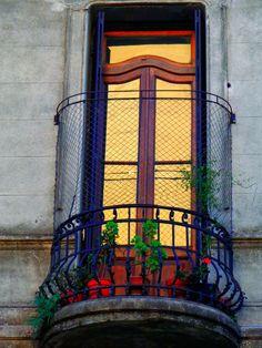 ¿A donde conduce? ¿Será la entrada al paraíso? La puerta dorada sonríe desde el balcón y juega con nuestras dudas.
