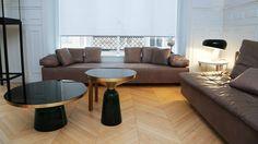 Le salon est meublé avec deux canapés édités par Zanotta, deux tables basses éditées par ClassiCon (modèles Bell Table Side, création Sébastian Herkner) et une lampe du designer Achille Castiglioni (modèle Snoopy édité chez Flos).
