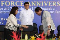 President Rodrigo Duterte bows to VP Leni Robredo as they meet again at the Philippine Air Force Anniversary. Philippine Air Force, Rodrigo Duterte, 70th Anniversary, Presidents, Interview, About Me Blog, Meet, Bows, Relationship
