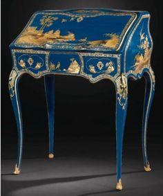 French  Secrétaire en pente en vernis parisien  à fond bleu d'époque Louis XV, estampillé Migeon.