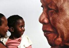 """8-Dec-2013 8:58 - ZUID-AFRIKA VIERT LEVEN MANDELA. Duizenden Zuid-Afrikanen komen vandaag bijeen voor de 'nationale dag van gebed en bezinning' ter nagedachtenis aan de overleden Nelson Mandela. De afgelopen dagen waren volgens de Zuid-Afrikaanse president Jacob Zuma """"niet gemakkelijk"""", en de komende dagen zullen dat ook niet zijn. Zuma is vanochtend zelf aanwezig bij een kerkdienst in Johannesburg. """"We moeten zingen en dansen of wat dan ook, ondanks dat we in rouw zijn, om het leven van..."""