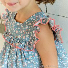 Tout a commencé lorsque Axelle m'a proposé de tester l'un de ses derniers tissus : une petite merveille fleurie aux couleurs toutes... Frocks For Girls, Kids Outfits Girls, Toddler Girl Dresses, Little Girl Dresses, Smocked Baby Dresses, Kids Frocks Design, Baby Frocks Designs, Baby Girl Dress Patterns, Baby Dress Design