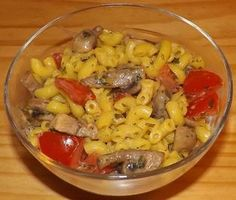 Nudel-Tomaten-Champignon-Salat mit Joghurt-Meerrettich-Petersilie-Dressing - Rezept
