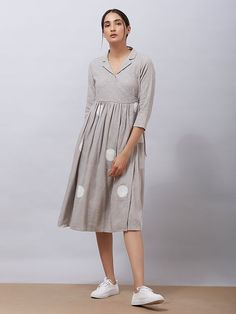 the loom Kaufen Sie Grey Polka Hand Block Bedrucktes Khadi Cotton Angrakha Kleid online bei Theloom Western Dresses For Women, Frock For Women, Simple Kurti Designs, Kurta Designs Women, Dress Neck Designs, Blouse Designs, Stylish Dresses, Casual Dresses, Casual Frocks