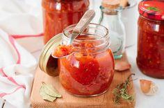 """Ketchup selber machen: 5 Rezepte - """"Warum wir Ketchup am liebsten selber machen? Weil wir ihn dann ganz individuell abschmecken können - fruchtig mit Cranberries und Hagebutten oder schön würzig mit Knoblauch und Sellerie. Probieren Sie unsere kreativen Rezepte!"""""""