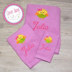 Preciosas toallas bordadas con el dibujo que tú quieras en aplicación y el nombre de la niña, con distintas telas dentro, contrastadas y llenas de color.