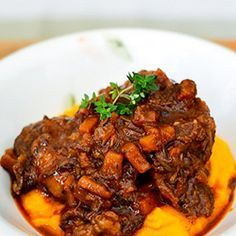 Oxtail stew with butternut mash.too bad i don't eat red meat anymore.but doesn't mean I cant make it for someone else Oxtail Recipes, Meat Recipes, Vegetarian Recipes, Cooking Recipes, Prawn Recipes, Slow Cooking, South African Dishes, South African Recipes, Kos