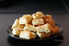 Syrové pagáče Czech Recipes, Ethnic Recipes, Naan Flatbread, Simply Recipes, Rolls Recipe, Macaroni And Cheese, Cauliflower, Food And Drink, Appetizers