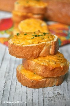 Four ingredients are all you need for a delicious appetizer that the whole family will love. Easy Ranch Cheesy Bread is packed with flavor for a delicious beginning to any meal. Cheesy Bread Recipe, Cheesy Garlic Bread, Cheesy Recipes, Chicken Ranch Lasagna, Yummy Appetizers, Appetizer Recipes, Dinner Recipes, Xmas Recipes, Milk Recipes