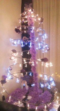 """Opnieuw ontvingen we een foto inzending van èèn van onze klanten, hierop is te zien hoe een Spiraal van www.tuinfee.nl  transformeerde naar een """"Girly"""" Kerst Spiraal in lila, roze en wit, inclusief een vredeswens in de vorm van witte duifjes, hoe romantisch!"""