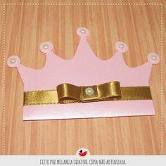 Convite com formato de coroa, com recorte eletrônico.  Feito em Papel Color Plus Metálico, parte interna impressa em Papel Cartão 240g, alta qualidade de impressão.  Acompanha pérolas e laço channel.  Tamanho: 12Cx8,5A (fechado).  Pedido mínimo de 10 unidades.    PRAZOS:    ARTE: Enviamos em até ... 3rd Birthday Cakes, Baby First Birthday, Birthday Cards, Girls Party Invitations, Diy Invitations, Cinderella Birthday, Princess Birthday, Kids Cards, Baby Cards