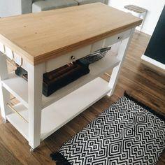 Carrinho de apoio detalhes, ganchos, as gavetas, o porta panos, tampo de madeira e o acabamento dourado.