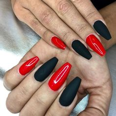 Red Nail Art for Valentines Day: Eclectic stories of Red, that's tastefully sophisticated - Valentinstag Nageldesign Red Black Nails, Red Acrylic Nails, Black Nail Art, Matte Nails, Red Nails, Hair And Nails, Matte Red, White Nail Designs, Nail Art Designs