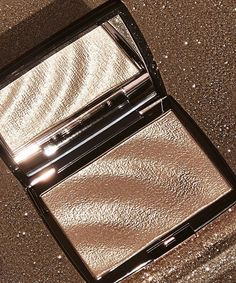 Warning: Anastasia Beverly Hills's New Highlighter Is So Effing Shiny, It May Blind You Anastasia Beverly Hills, Dior, Ysl, Beauty Bar, Beauty Makeup, Top Beauty, Pretty Makeup Looks, Chanel, Make Up Collection