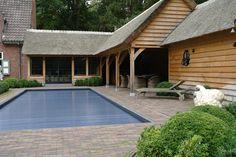 Eiken aanbouw met een zithoek voorzien van smeedijzeren ramen, met overdekt terras / bar, badkamer, berging en technische ruimte voor het zwembad